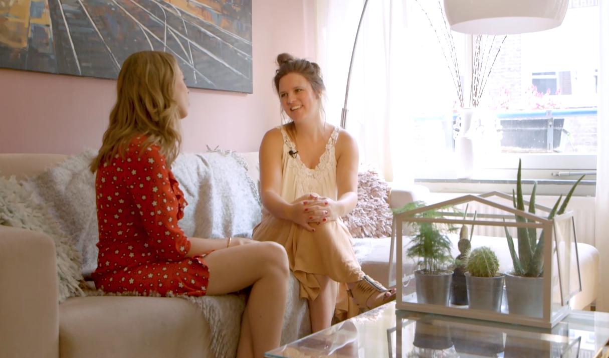 Bij haar thuis op de bank spreek ik met Lize Mast, eigenaresse van vriendinnenonline.nl