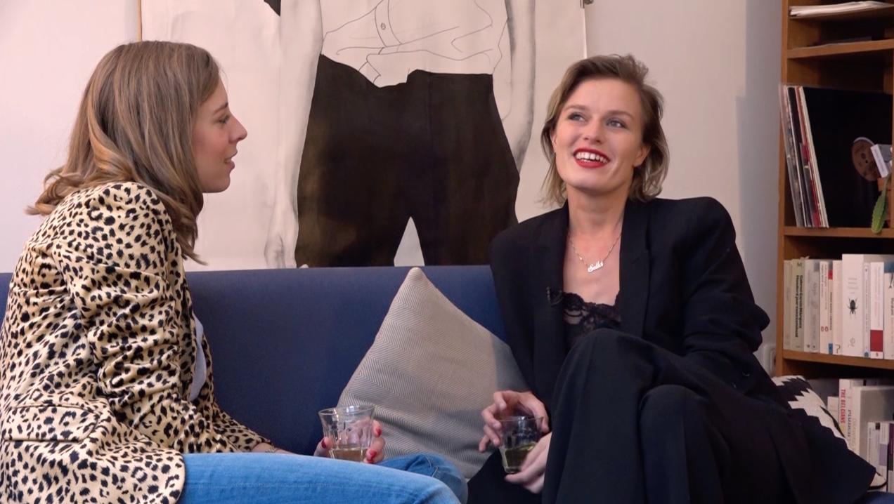 Ciska wordt thuis uitgenodigd voor een boeiend gesprek met Sella Molenaar
